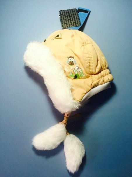 бежевая шапка с помпонами